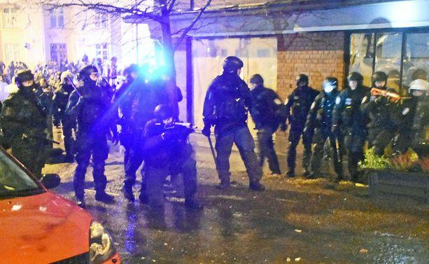 Poliisi käytti anarkistien rauhoittamisessa paineilma-aseita. Ainakin pari anarkistia väitti poliisin ampuman kuulan osuneen heihin.
