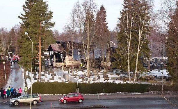 Sunnuntaiaamuna otettu kuva paljastaa kaikessa karuudessaan, millaista tuhoa räjähdysmäinen tulipalo Ylivieskassa aiheutti.