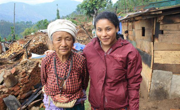 Nepalista Suomeen adoptoitu Lilli Määttä (oik.) ei halunnut ainoastaan lahjoittaa rahaa, vaan lähteä mukaan vapaaehtoistöihin.