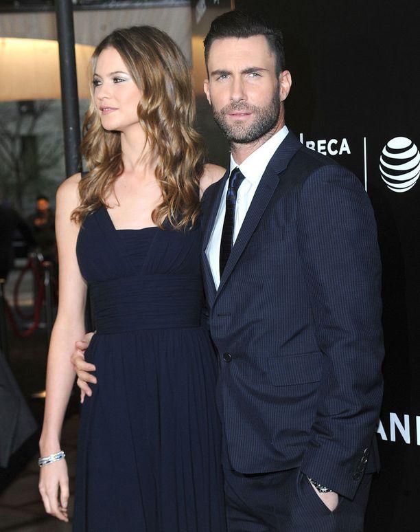 Näin tummana Levine on totuttu näkemään. Komistus on kihloissa Victoria's Secret -malli Behati Prinsloon kanssa.