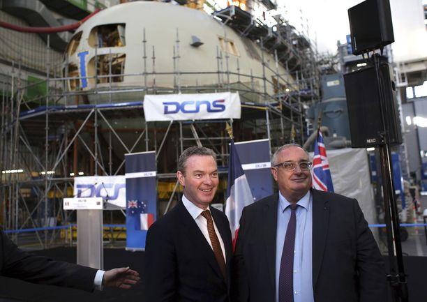 Australian teollisuusministeri Christopher Pyne ja Ranskan sukellusveneitä rakentavan valtion enemmistöomisteisen DCNS-yhtiön toimitusjohtaja Herve Guillou poseerasivat joulukuussa 2016 telakalla, kun sukellusvenesopimuksesta oli päätetty.