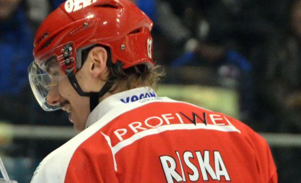 Erik Riska jatkaa Sportin paidassa.