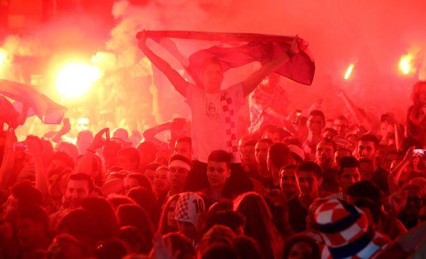 Kroaatit sytyttivät massiivisen määrän soihtuja, jotka värjäsivät kaupungin liekinpunaiseksi.