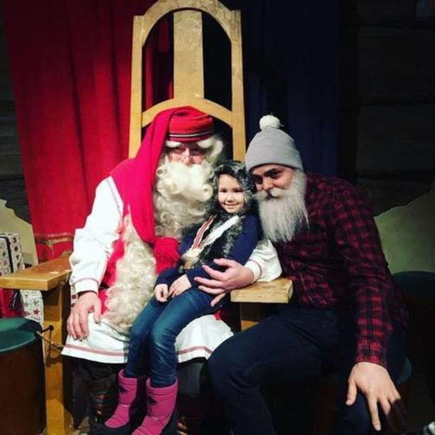Kia pääsi viime maaliskuussa Rovaniemellä joulupukin syliin. Vieressä matkan mahdollistanut hyväntekijä Brother Christmas.
