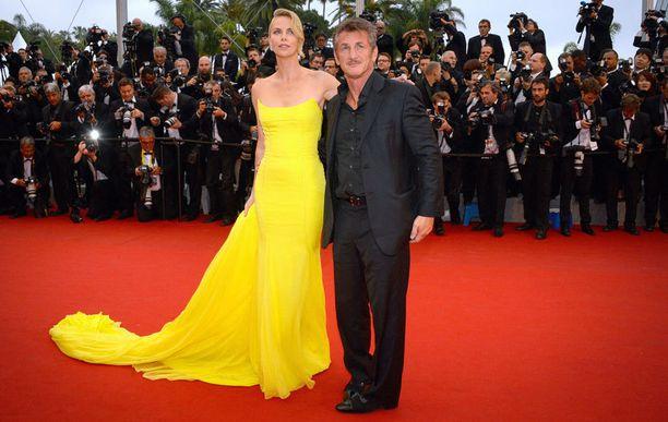 Kihlauksensa purkaneet Charlize ja Sean ovat joutuneet kohtaamaan toisensa myös eron jälkeen. Pariskunta kuvaa yhdessä elokuvaa The Last Face.