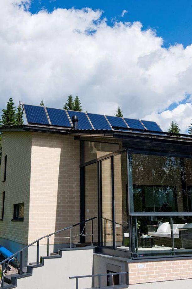 Aurinkopaneelien hankkiminen lisäenergian lähteeksi pienentää asuintalon päästöjä.