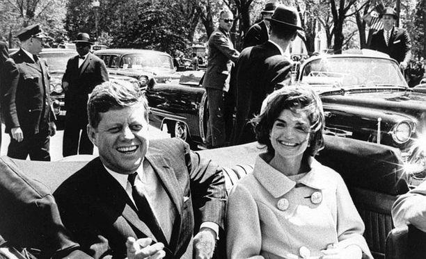 Presidenti John F. Kennedy puolisonsa Jacquelinen kanssa vuonna 1961.