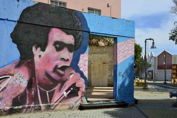 Kenties kuuluisin arubalainen oli Boney M -yhtyeen laulaja Bobby Farrell. San Nicolaasin pikkukaupungissa on häntä esittävä seinämaalaus nimeltään Daddy Cool.