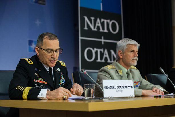 Naton ylin sotilaskomentaja Curtis Scaparrotti (vas.) ja sotilaskomitean johtaja Petr Pavel.