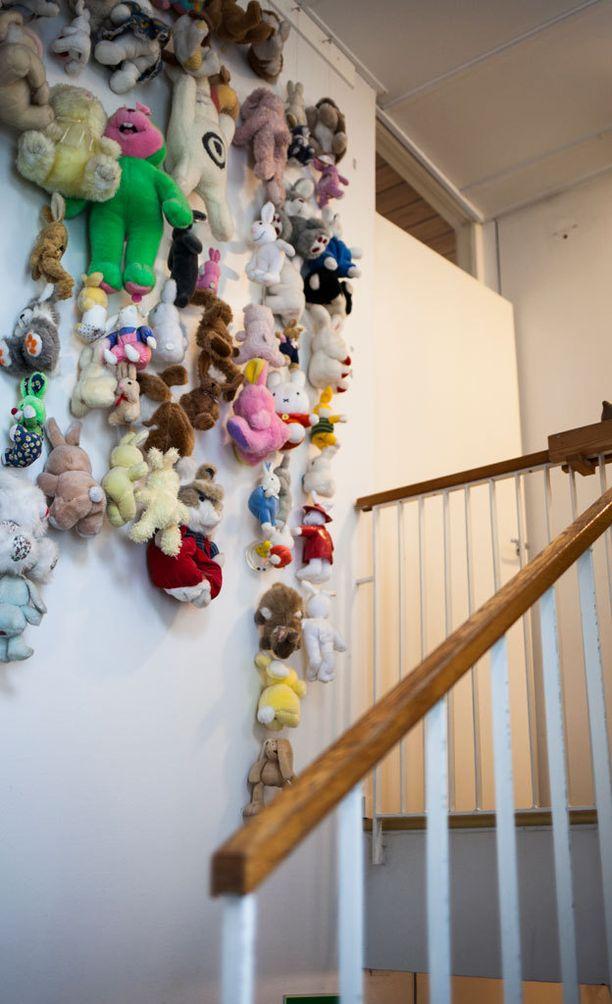 Ensikodin tilataideteos on tehty käytössä olleista leluista.