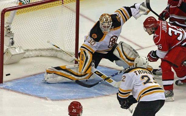 SIELLÄ LEPÄÄ. Jokisen laukaus upposi Boston Bruinsin maalivahdin Tim Thomasin taakse.