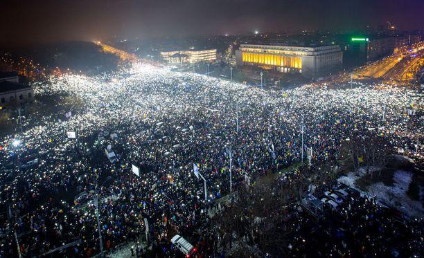 Romaniassa on osoitettu mieltä jo viikon ajan. Maanantaina maan pääkaupungissa Bukarestissa noin 10 000 ihmistä vaati hallituksen eroa.