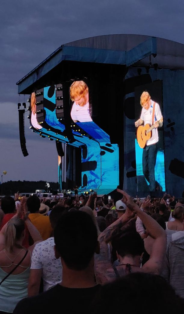 Sheeran palasi lavalle Huuhkajien pelipaidassa.