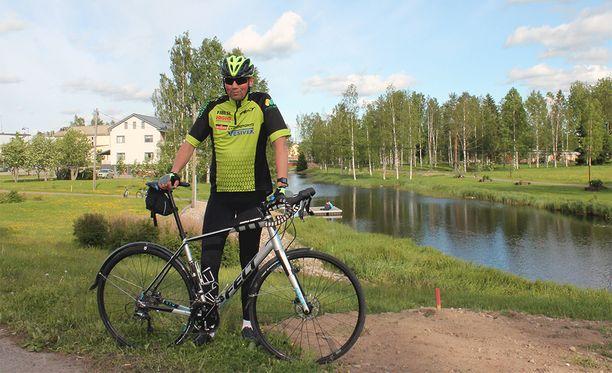 Heikki Mäkelä ajaa koko matkan tavallisella pyörällä.