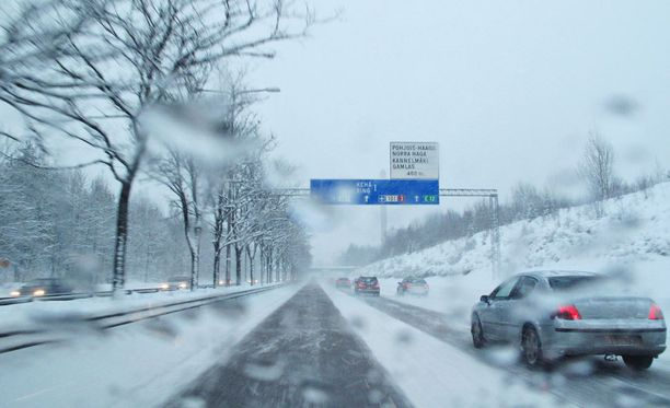 Talvirenkaat on vaihdettava viimeistään ensimmäinen päivä joulukuuta.