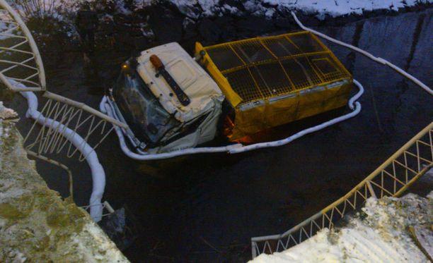 Kuten kuvasta näkyy, kuorma-auton kuljettaja selvisi hurjannäköisestä tilanteesta säikähdyksellä. Sillalta kanavaan on tiputusta 5-6 metriä.