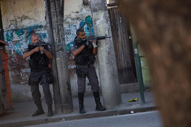 Raskaasti aseistettu poliisi partioi City of Godissa.