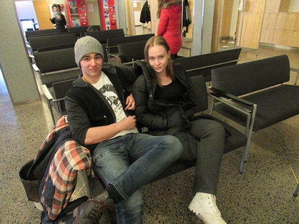 Lukion oppilaat Patrik ja Elsa olivat tyytyväisiä koulun tiedotukseen muun muassa keskusradiolla.