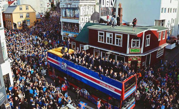 Islannin jalkapallomaajoukkuetta juhlittiin Reykjavikissa EM-kisojen jälkeen.