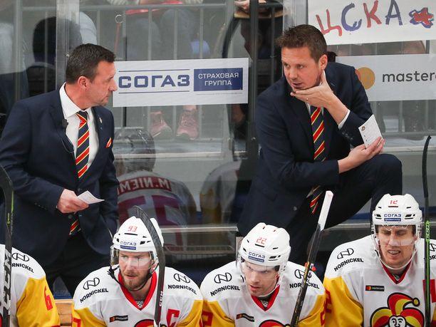 Lauri Marjamäen (takana oikealla) luotsaama Jokerit kohtaa torstai-iltana Helsingissä Lokomotiv Jaroslavlin.