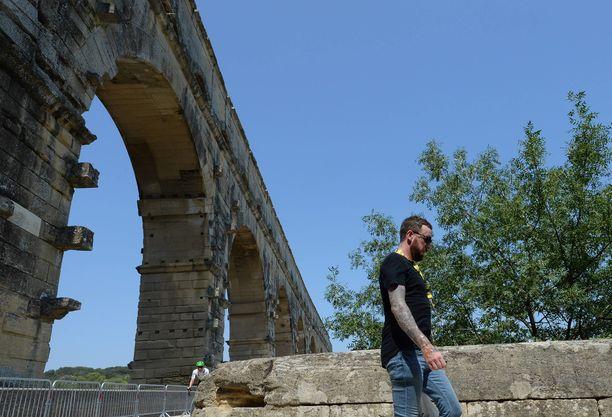 Bradley Wiggins tallustelemassa Pont du Gardin sillalla Etelä-Ranskassa heinäkuun lopussa. Roomalaisten rakennuttama akvedukti oli osa Ranskan ympäriajon reittiä tämän vuoden kilpailussa.
