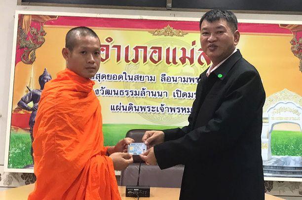 Poikien joukkueen valmentaja Ekapol Chantawong on ollut sairaalasta päästyään munkkina buddhalaisluostarissa.