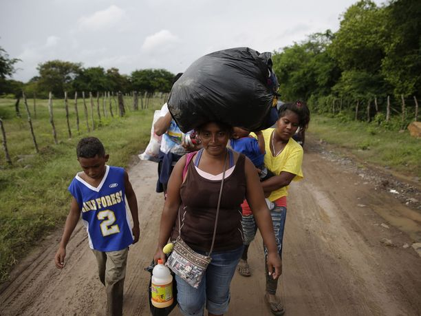 Hondurasista lähtee jatkuvasti ihmisiä pakoon köyhyyttä ja väkivaltaa. Kuva otettu torstaina El Salvadorin itärajalla.