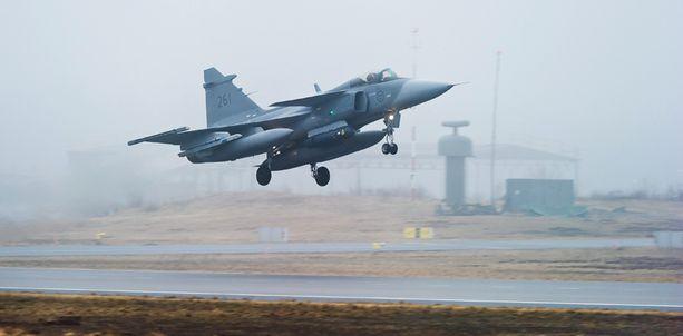Ruotsin ilmavoimilla on käytössään JAS Gripen -hävittäjiä (kuvassa), Suomella F/A-18 Horneteja.