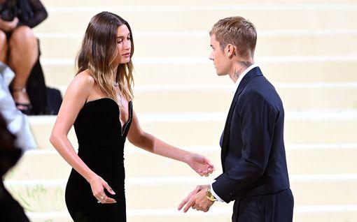 Justin ja Hailey Bieber puhututtivat Met Galassa  – raskaushuhuja ja itkua exän takia