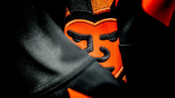 Tällaisessa Halloween-teemaisessa paidassa Jokerit kohtaa Lokomotiv Jaroslavlin.