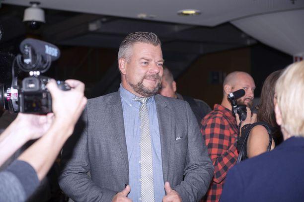 Jari Sillanpää median piirittämänä huumeoikeudenkäyntinsä aikana.