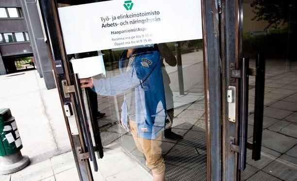 Koko viime vuoden aikana avoimien työpaikkojen määrä laski hieman, kertoo Tilastokeskus.
