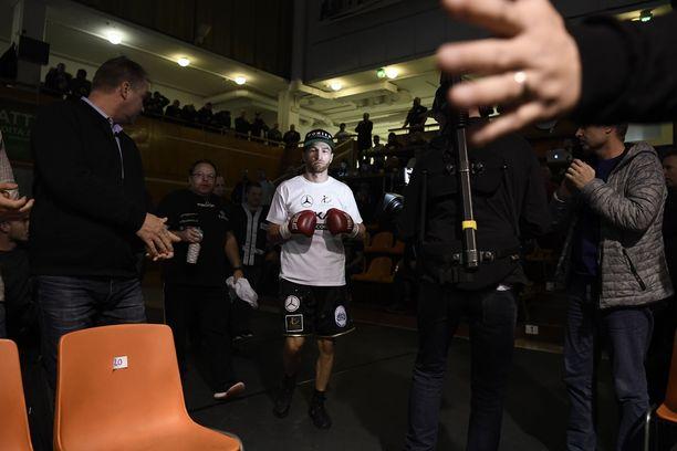 Edis Tatli kävelee omassa putkessaan ennen ottelua.
