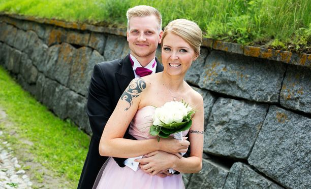 Olli ja Miia astelivat avioliittoon kameroiden edessä. Heti kuvausten päätteeksi he pakenivat mökille tutustumaan toisiinsa paremmin.