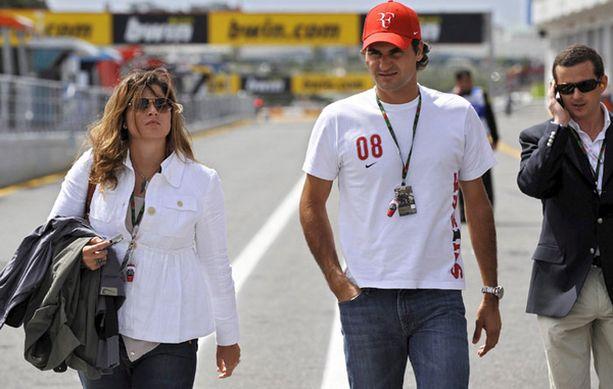 Roger Federer rentoutui sunnuntaina Estorilin MotoGP -kisan varikolla tyttöystävänsä Mirka Vavrinecin kanssa.