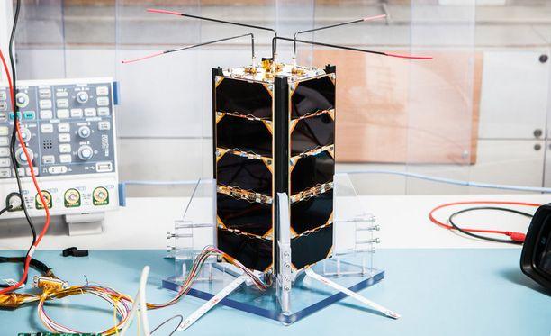 Suomalaisopiskelijoiden rakentama satelliitti kuvattuna yliopistolla ennen avaruusmatkaa.