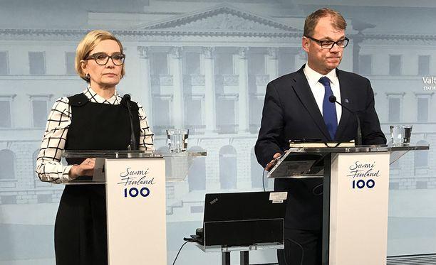 Sisäministeri Paula Risikko (kok) ja pääministeri Juha Sipilä (kesk) eivät keränneet kehuja kansalta.