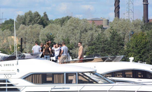 Teemu Selänteen veneellä nähtiin muun muassa radiojuontaja Juha Perälä.