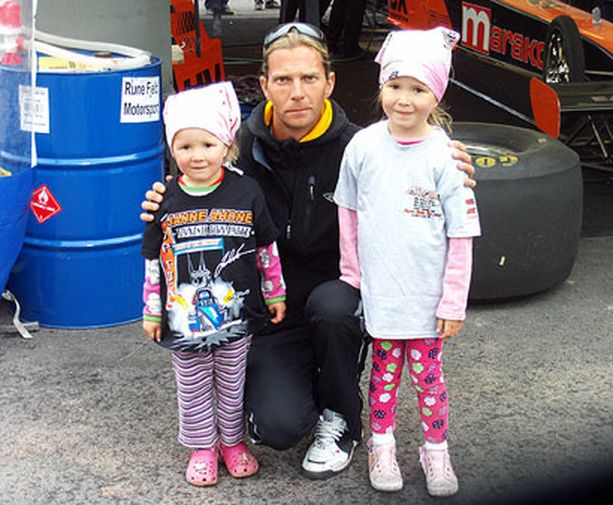 Kolmevuotias Vilma ja viisivuotias Viivi tapasivat idolinsa Janne Ahosen paitaostosten jälkeen Alastarossa. -Oli kyllä tytöille päivän kohokohta, kertoo kuvan ottanut äiti.