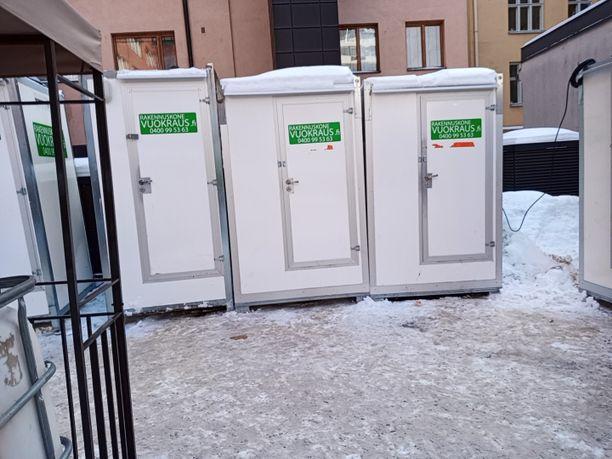 Pakkasta parikymmentä astetta ja rakennustyömaalla on työntekijöille tarjolla kylmä käymälä, jota ei ole tyhjennetty.
