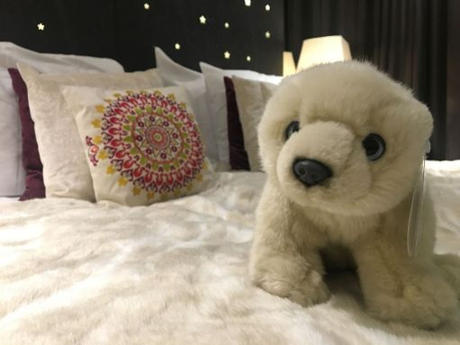 Vuoteen päällä odottaa hotellin maskotti, Nanuk-jääkarhu. Hotelli tekee yhteistyötä Maailman luonnonsäätiön (WWF) kanssa jääkarhujen suojelemiseksi.