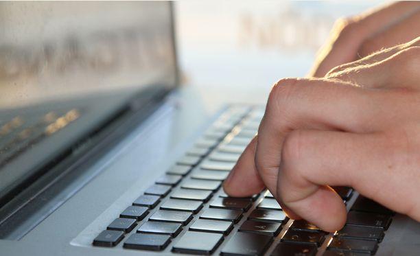 KRP:n kyberrikostorjuntakeskuksen päällikkö Timo Piiroinen toteaa, ettei ostoksia kannata pelätä, mutta luottokorttilaskua on hyvä seurata aktiivisesti.