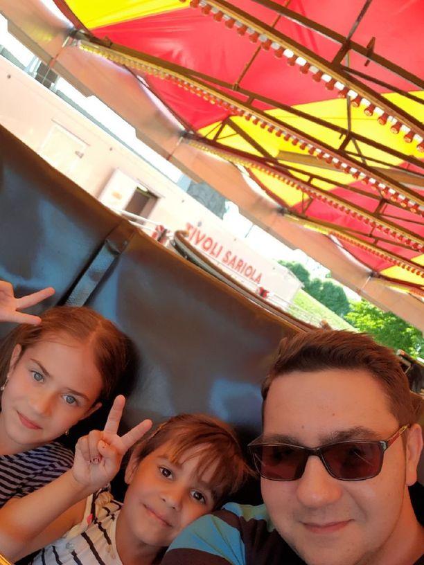 Zirigli, Jessica ja Rikhard Blomerus joutuivat kuuntelemaan ikävää törkyä tivolissa.