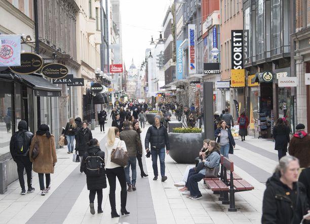 Keskiviikkona Drottninggatanilla Tukholmassa ei ihmisten määrästä juuri koronaepidemia näkynyt.