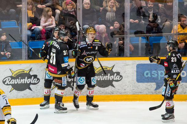 Näin Kärppien kultakypärä Ville Leskinen tuuletti 2-2-maalia.