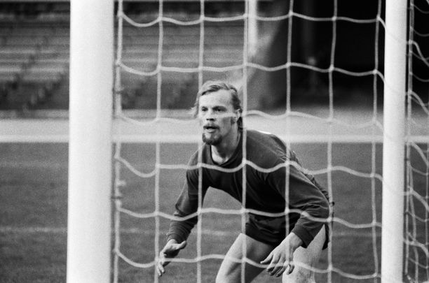 Vesa-Matti Loirista olisi voinut tulla kansallisen tason jalkapallomaalivahti. Monilahjakkuus pelasi kauden 1972 HJK:n kolmosmaalivahtina. Loiri vaihdettiin maalille muun muassa, kun Klubi pelasi puolalaista Gornik Katowicea vastaan harjoitusottelun. Takkiin tuli 0–2, mutta Loiri pelasi nollapelin.