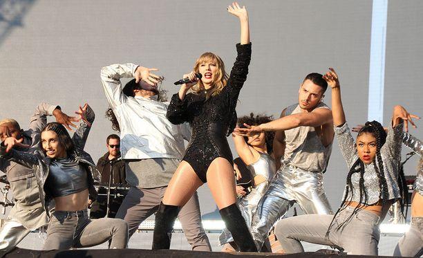 Laulaja Taylor Swift esiintyi sunnuntaina BBC Radion Biggest Weekend -tapahtumassa ilman pitkäaikaista tanssijaansa Toshia, jonka kerrotaan saaneen potkut seksististen somepostausten vuoksi.