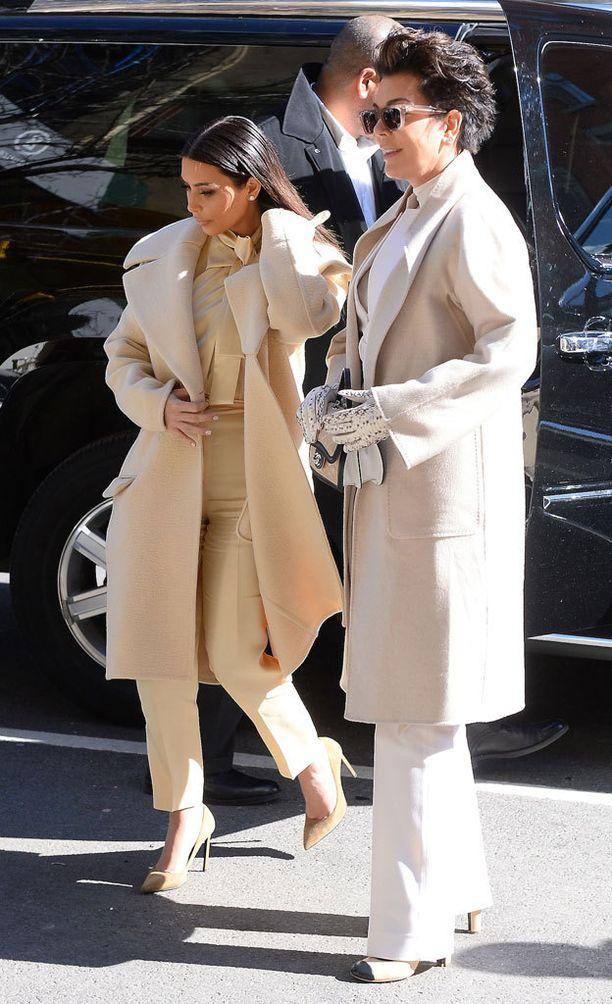 Kim ja Kris lähtivät shoppailemaan samanlaisissa asuissa.