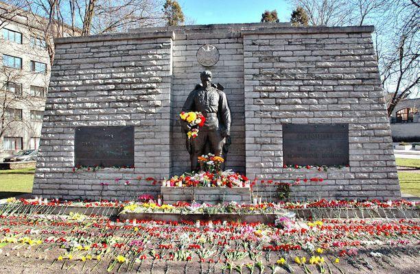 Kyberhyökkäykset alkoivat sen jälkeen, kun Viro kertoi siirtävänsä Neuvostoliiton pystyttämän patsaan Tallinnan keskustasta laitakaupungissa sijaitsevalle sotilashautausmaalle.