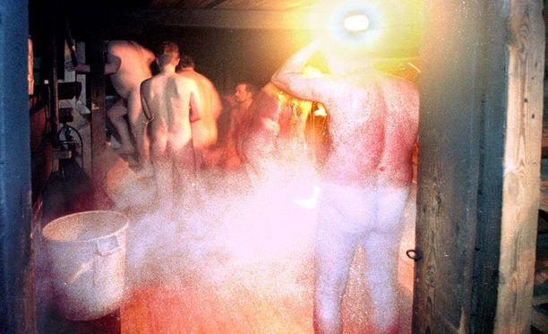 Epämieluisten sukulaisten kanssa pelehditään alasti.